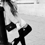 femmes-belles-en-cuissardes-cuir-035