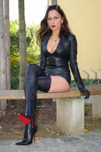 belles-femmes-en-cuissardes-et-cuir-015