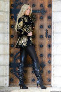 femmes-belles-en-cuissardes-cuir-138