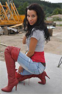 femmes-belles-en-cuissardes-cuir-090