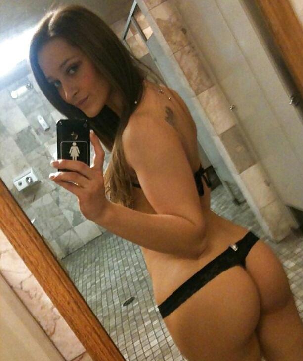 coquine du 61 nue en photo montre ses fesses