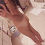 coquine du 77 nue en photo montre ses fesses