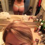 meuf nue montre son joli cul sur le 02 en selfie