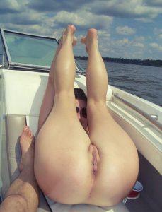 meuf nue montre son joli cul sur le 28 en selfie