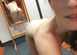 meuf nue montre son joli cul sur le 30 en selfie