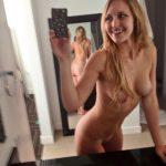 meuf nue montre son joli cul sur le 61 en selfie