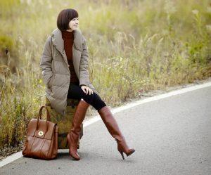 femmes-belles-en-cuissardes-cuir-149