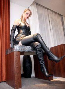 photos-femmes-cuir-cuissardes-012
