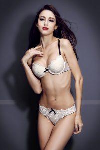 fille ultra hot en petite tenue sur le 34