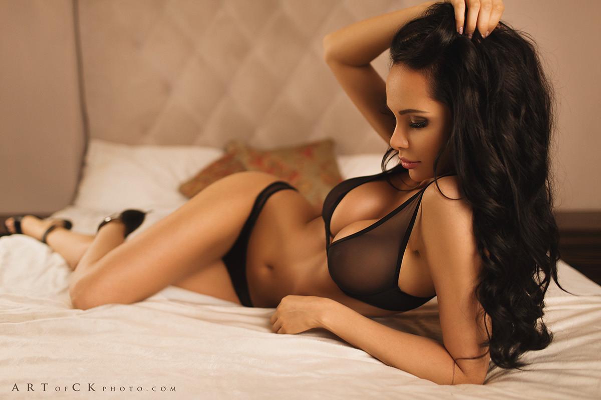 photo femme fatale en lingerie sur le 56