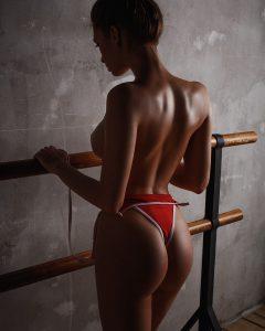 une femme du 50 excitante presque nue